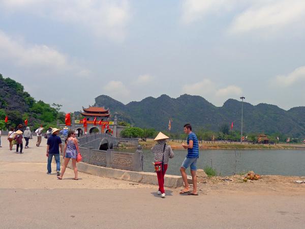 古都ホアルーの入り口。観光地特有のカメラ撮影やノンラー(ベトナムの麦わら帽子)売りが・・・