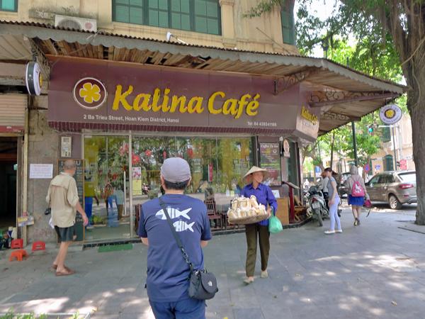 カリナカフェは、ホアンキエムレイタイトー通りとチャンティエン通りの交差する角にある。