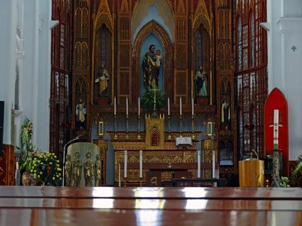 ハノイ大教会の中。敬虔な気持ちになってくる存在感がある。