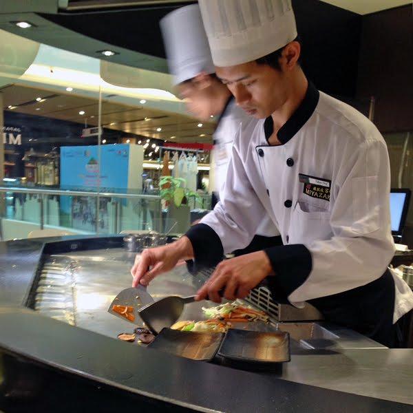 ※お好み焼きのコテを使う、調理のさばきがプロフェッショナル