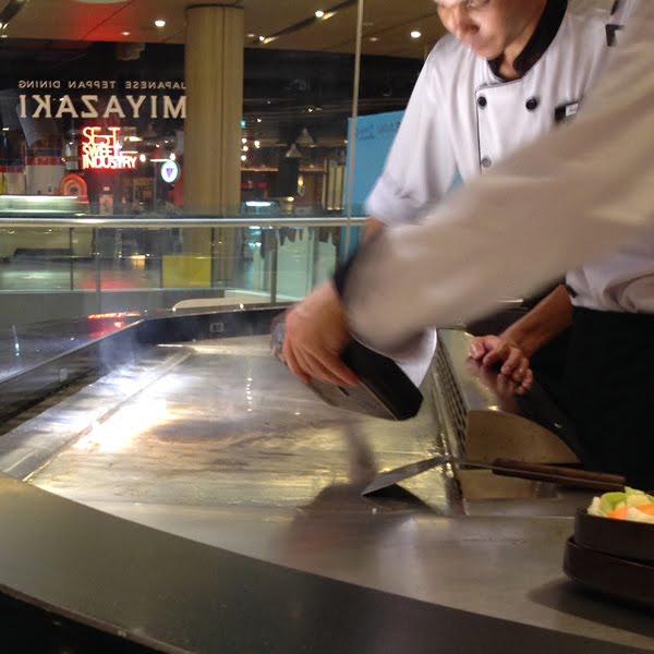 ※いつも鉄板はピカピカにしている。キューブ状の氷を鉄板の上にしき清掃・・・鉄板が美しい