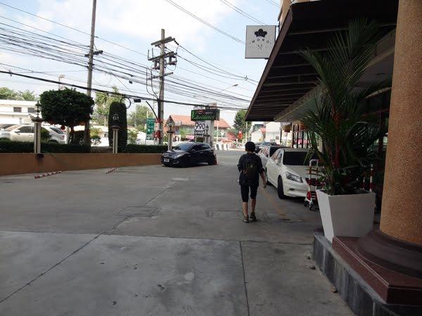 本当は「V Residence Hotel」宿泊予約を入れていた。車で旅をしているとか長期滞在者が多い