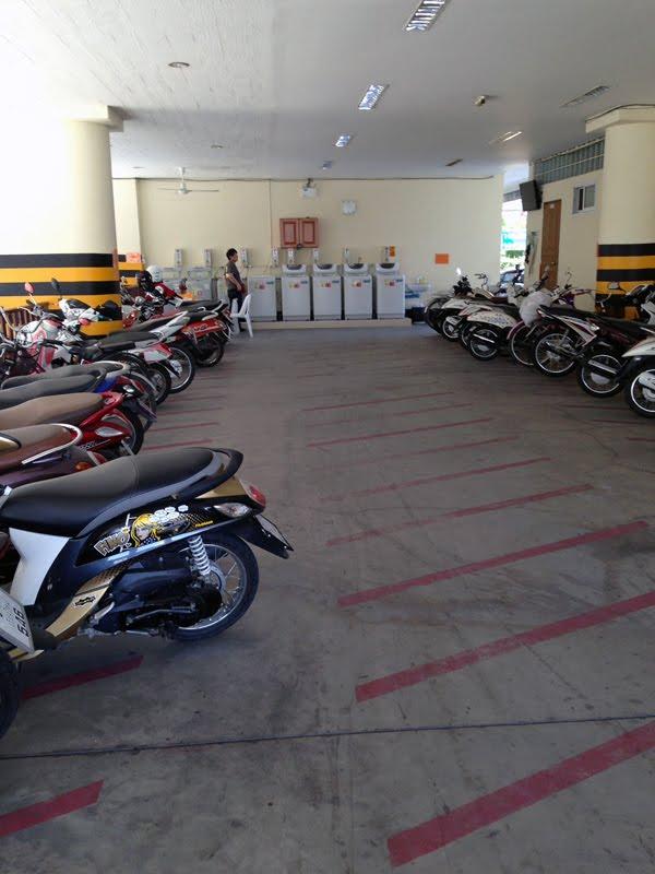 ※長期滞在者のバイクの駐輪場のようです。一部従業員用もおいてあるが・・・