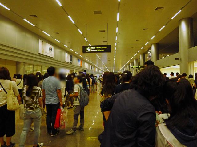 ※入国審査のPassport Controlに並ぶ長い列