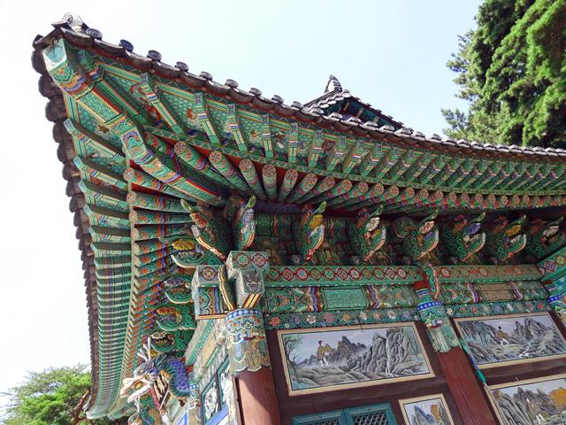 ※寺院の屋根の造形の色彩に感動。