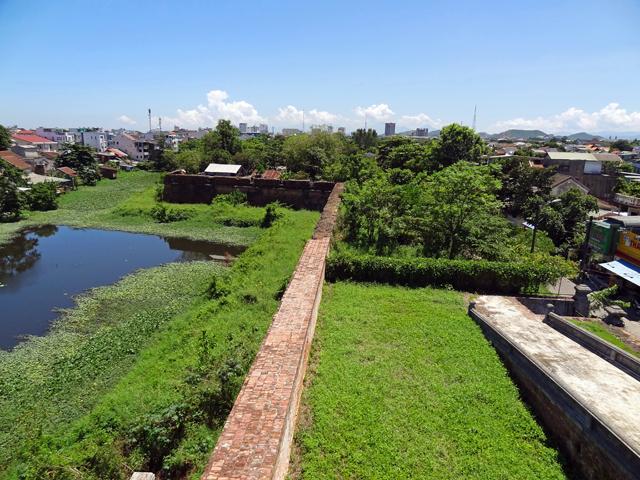 ※積み上げられたレンガの城壁がぐるりと周囲を守る。