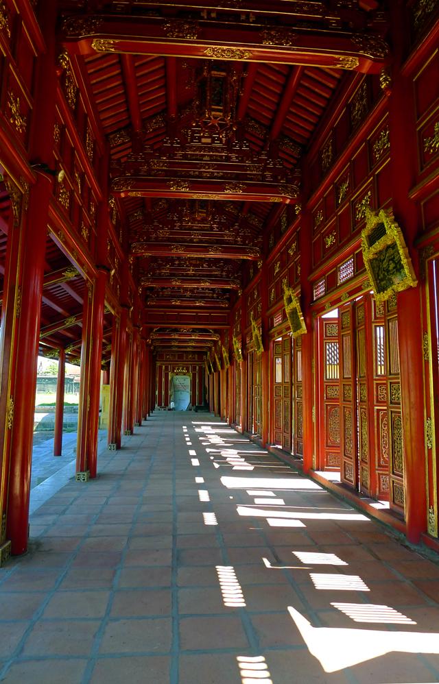 ※華麗な朱色の回廊が陽差しを遮ってくれている。