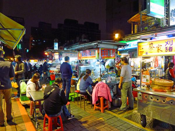 双城街夜市は、コンパクトながら近隣の人達も来ているのか、夜市ならではの雰囲気が楽しめる。