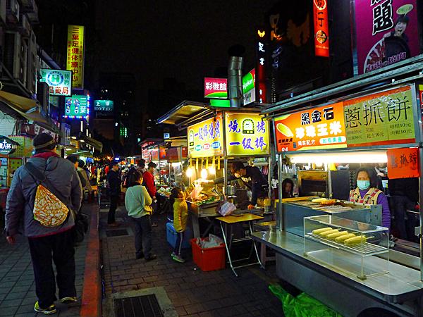 ※有名な夜市だと、人で食べるどころではなくなるので、この規模ぐらいがうれしい。