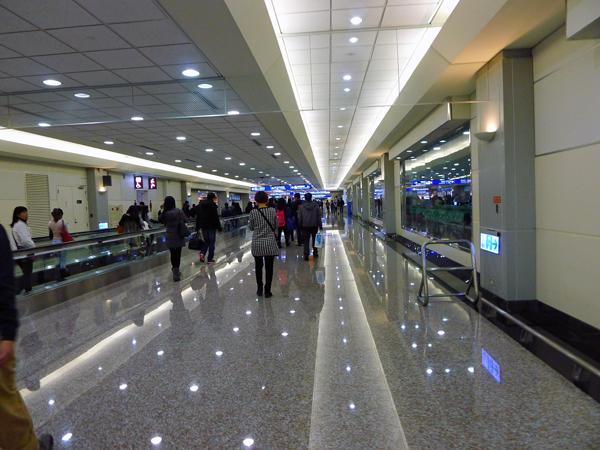 ※台湾桃園空港到着-入国手続きはすごい人。