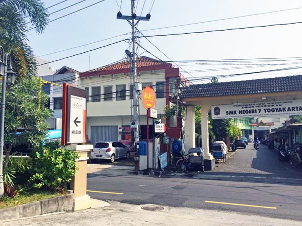 ※ホテル入口前の通りは一方通行。道路にはタクシーやベチャが待っている。