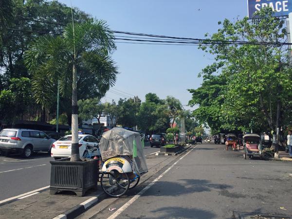 ※トゥグ駅を通りマリオボロ通りに続く道。