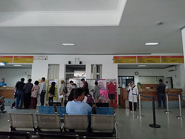 ※往復など予約のチケットを求めて、急に混雑したりしている。