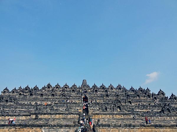 ※階下から見上げると仏教のピラミッドのようにそびえ立つ