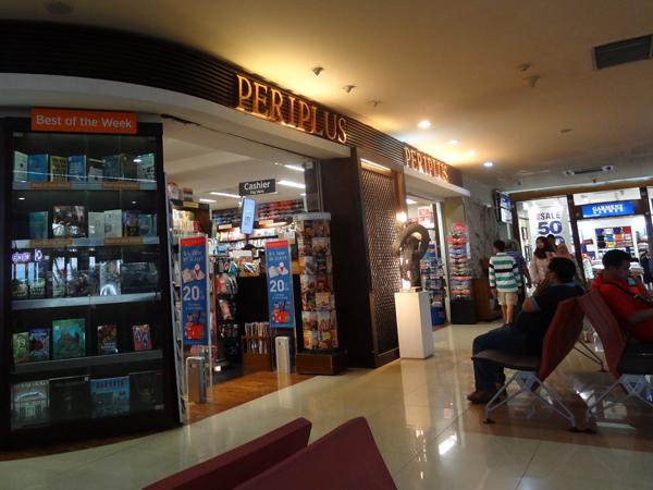 ※空港の本屋はどこでも賑わっている。電子書籍はこんなところまで駆逐してしまうか興味深い