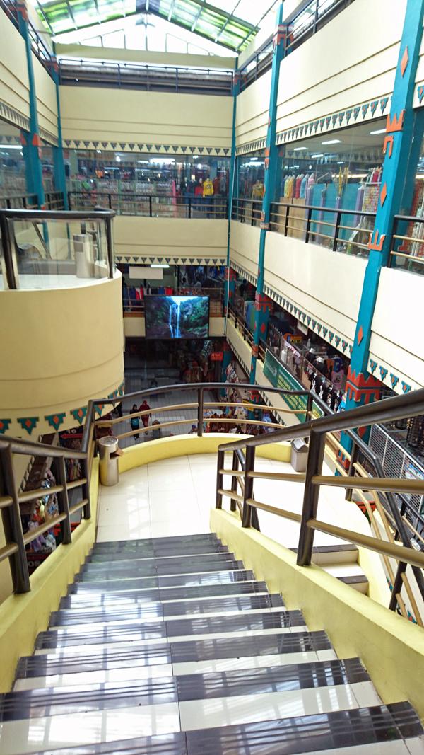 ※ブリンハルジョ市場の3階から。1階の混雑は嘘のように・・・