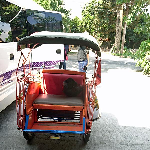 ※このベチャに乗って行きます。タクシーとか大型バスに囲まれて異彩を放っていました。