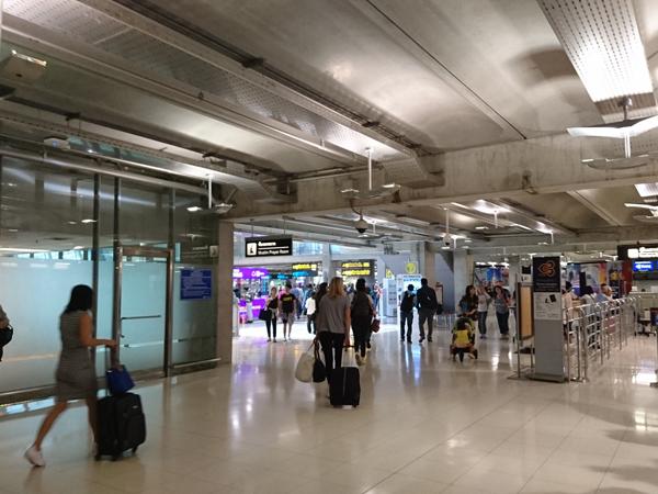 ※右側がタイ航空とバンコクエアウェイズの乗り継ぎエリア。