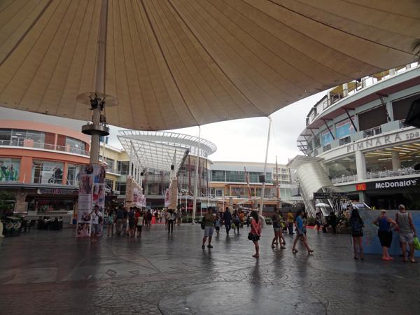※プーケットでもここは規模が大きい。興味を引くのは。タイ雑貨店が集まる地下かな!