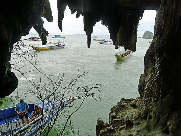 ※洞窟の中から視界に入る部分だけでも多くの船が見える。