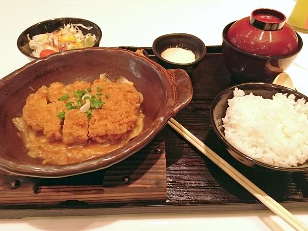 ※タイに来てまで日本食。まわりを見ると箸の使い方が一所懸命でいい感じ・・・