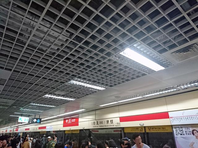 淡水信義線(レッドライン)台北101駅から中正紀念堂で松山新店線(グリーンライン)に乗換。北門駅へ