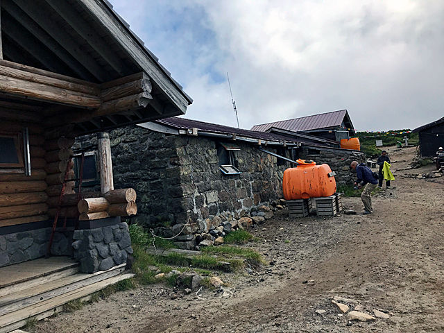 黒岳石室、オレンジのタンクは貴重な飲料水、手洗い禁止です。