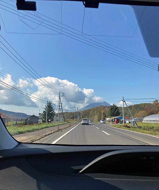 羊蹄山にかかる雲が徐々に流れて全貌が見えてくる。