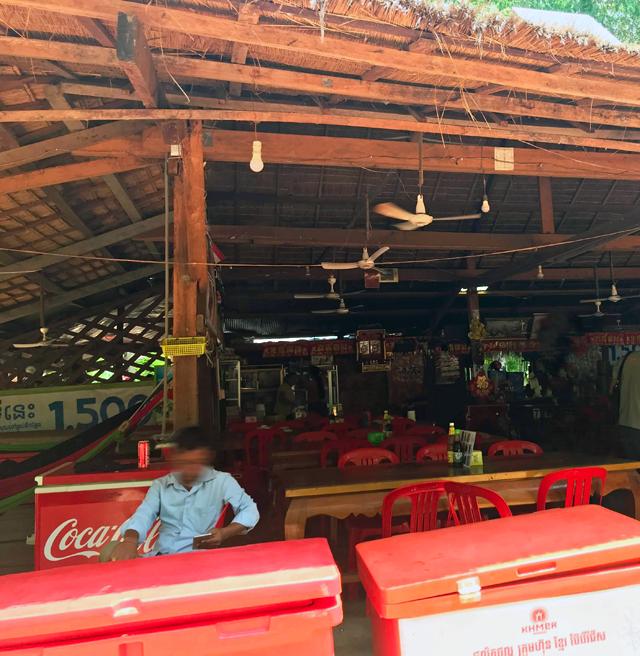 日影になっていて過ごしやすい。ここのレストランなら、調理品を食べられるレベルかも。
