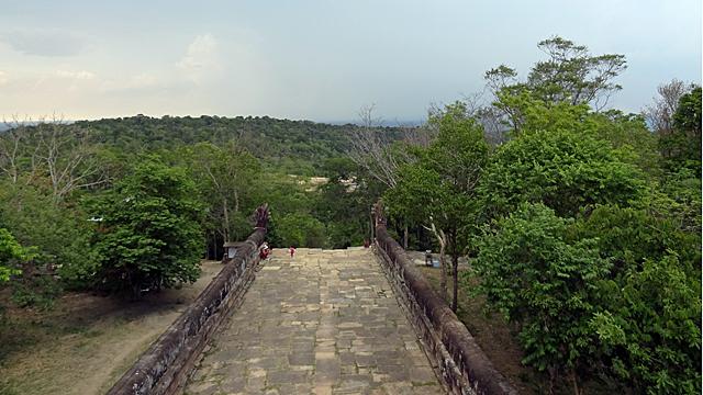 ダンレック山脈に建てられた山岳寺院。