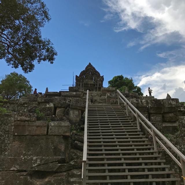 階段の手前まで来ると第二塔門が見えてきます。