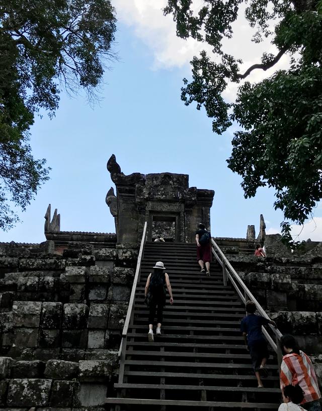参道からは、木製の階段で歩きやすい。人が随分増えてきました。
