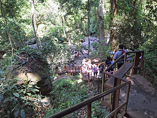 大きな滝へ行くには、長い階段を降りていきます。では帰りはつらい昇りです。