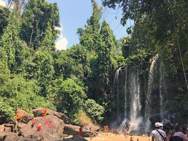 滝壺への落差は雄大さを見せつけます。僧侶も楽しいひとときを水遊びで楽しんでます。