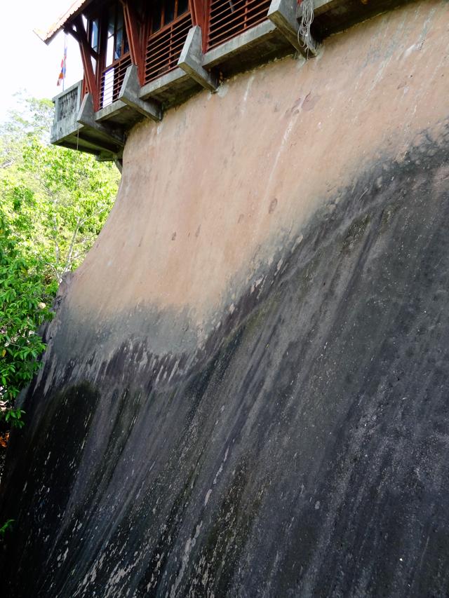 この大きな岩のなかを・・・くり抜いて屋根を付け。