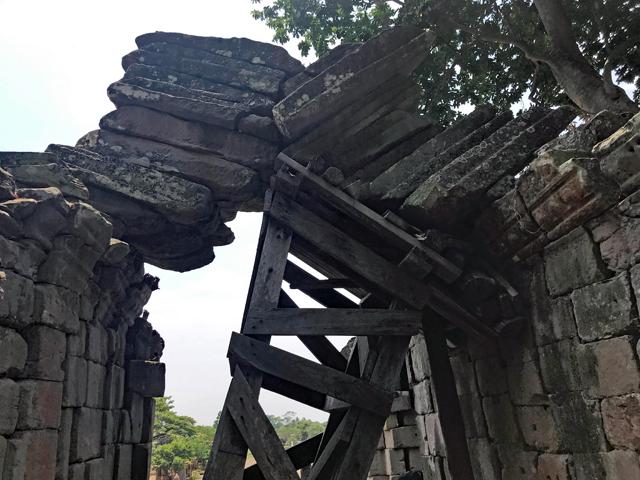 地震の無いカンボジアならでは!今にも崩れる?