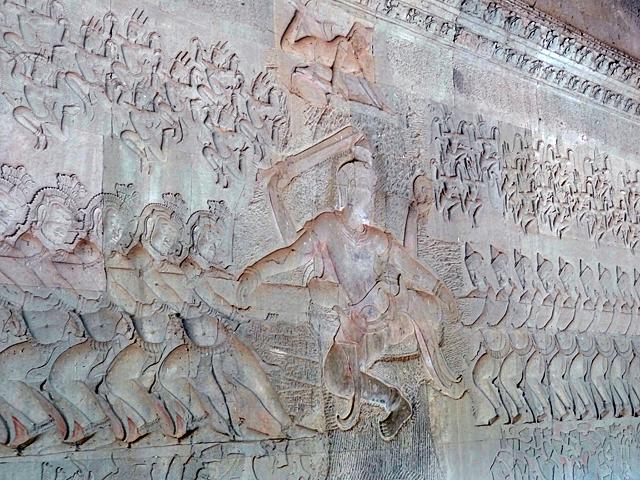 88人の阿修羅と神々が引き合う大蛇によって1000年続いた綱引きで乳海する。