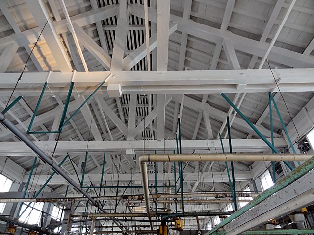 トラス構造の屋根部分。中央に柱が無い。