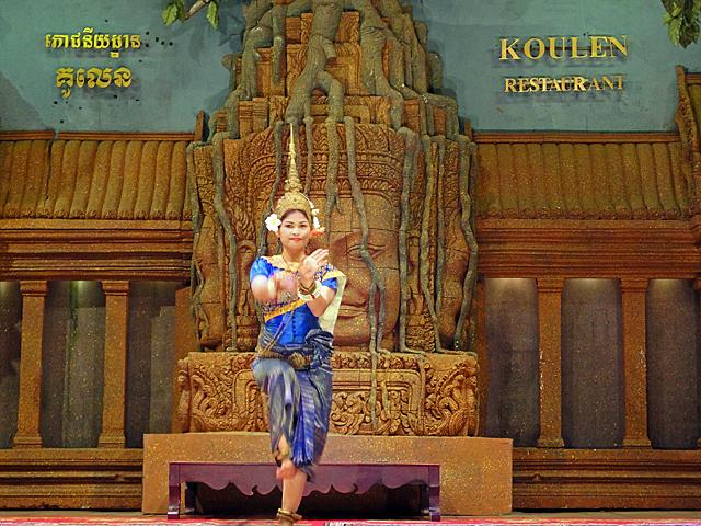 カンボジア「アプサラ」ダンスショーを広角側F2.4、手持ち撮影