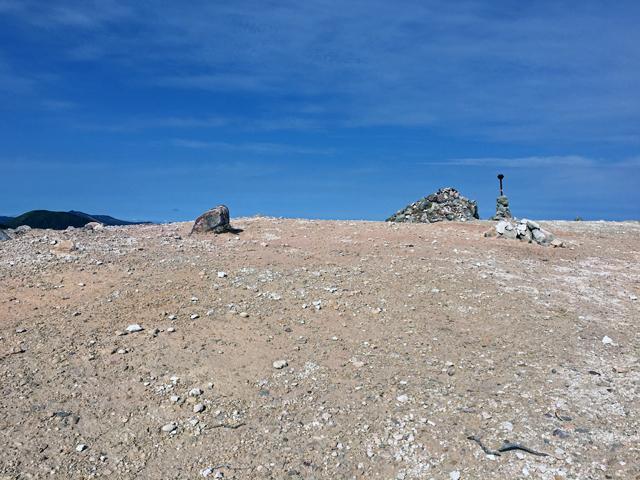 イワオヌプリ山頂、水はけのいい火山礫でできた地表でも昨日の雨で湿りがち