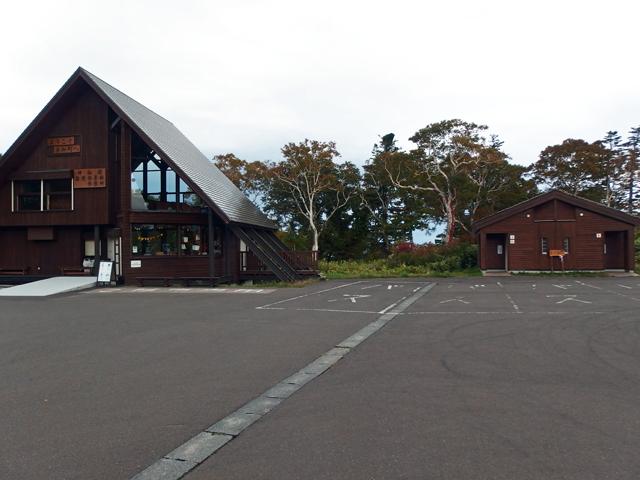 大きな神仙沼の駐車場へ駐めて登山開始