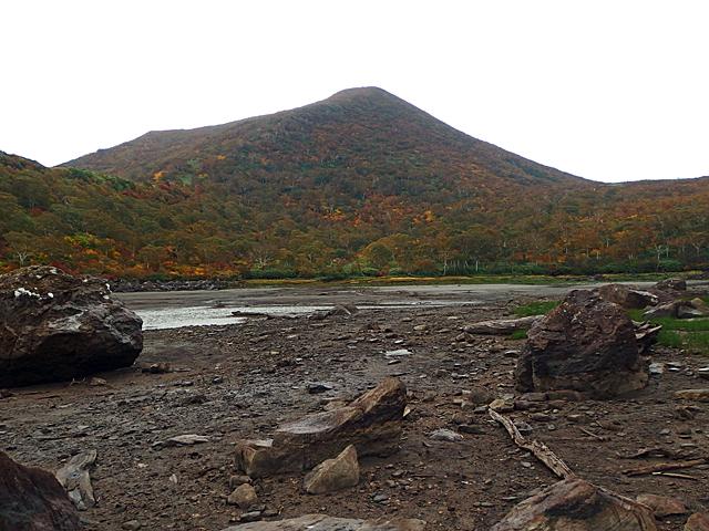 登る予定だったチセヌプリを長沼から見上げる。