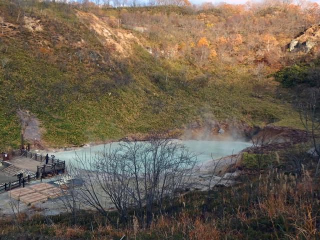 奥の湯は沼の底から噴き出す硫黄泉が不思議な光景です。
