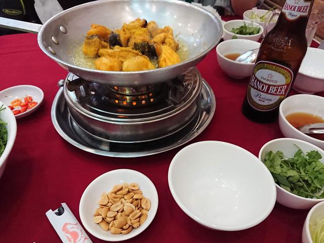 白身魚を鍋で油で炒めていきます。