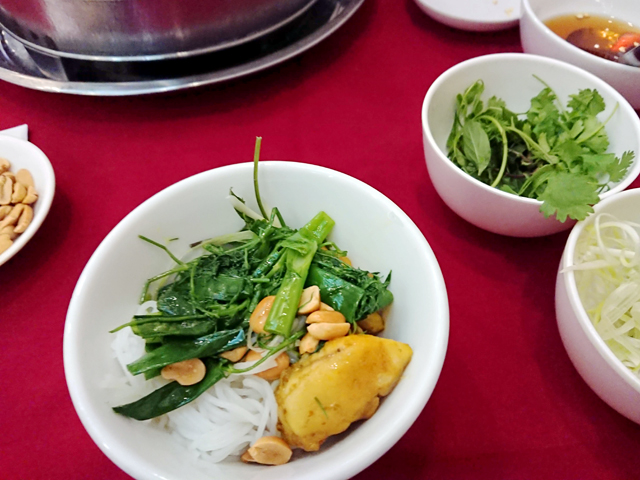 このように、ベトナムの米の麺ブンにのせて食べます。