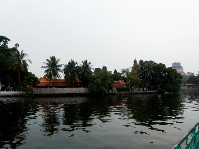 タイ(西)湖まで歩いてきています。