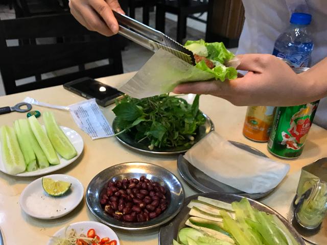 野菜と肉を巻いて食べます。