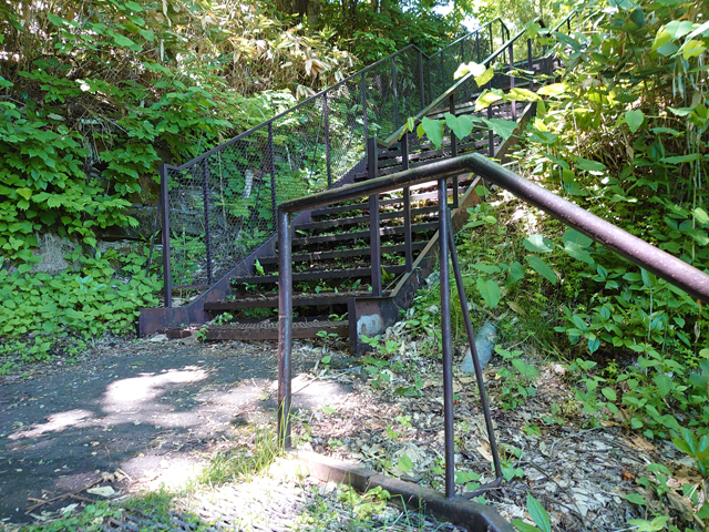 長い階段を登り切っても、クランク状の階段がまだ続きます。