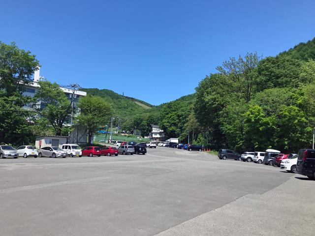 藻岩山市民スキー場の駐車場、中央部分に駐めだしたらスキーシーズン並。