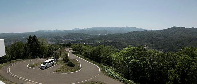 頂上から観光道路側を展望